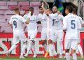 Para pemain Real Madrid merayakan gol kedua timnya dalam El Clasico kontra Barcelona yang dicetak sang kapten Sergio Ramos (ketiga kanan) di kelanjutan Liga Spanyol di Camp Nou, Barcelona, Spanyol, Sabtu (24/10/2020). (ANTARA/REUTERS/Albert Gea)