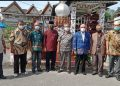 Peserta ziarah berfoto bersama didepan makam Raja Siantar. (foto :tp)