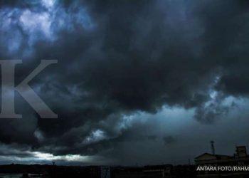 ILUSTRASI. Awan pekat menyelimuti langit Kota Lhokseumawe, Aceh, Kamis (4/6/2020). Masuk pancaroba, BMKG wanti-wanti masyarakat untuk waspada cuaca ekstrem. ANTARA FOTO/Rahmad.